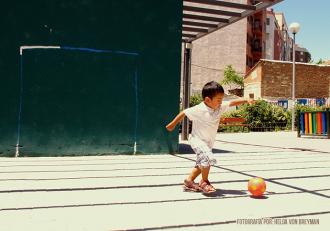 Fotografía de un niño jugando futból. Fotógrafa: Helga von Breymann. Madrid - España. 2012
